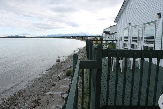 Shallow Bay Motel & Cabins: Two rooms beside fitness area have a their own deck