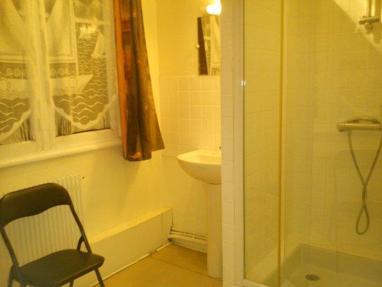Hotel du Centre: La salle de bain...