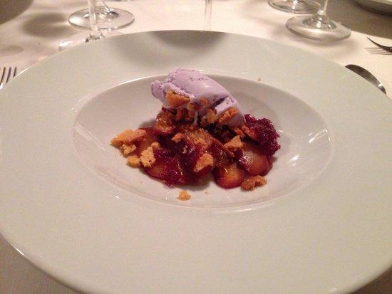 El Alquimista: Gelato ai fiori di violetta, mele cotogne e gelatina di sangria