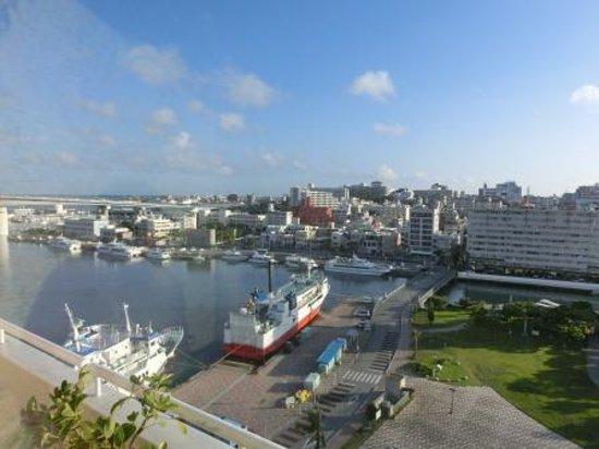 Okinawa Kariyushi Urban Resort Naha: ホテルから見た泊港
