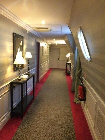 Hotel Baltimore Paris Champs-Elysées : Couloir