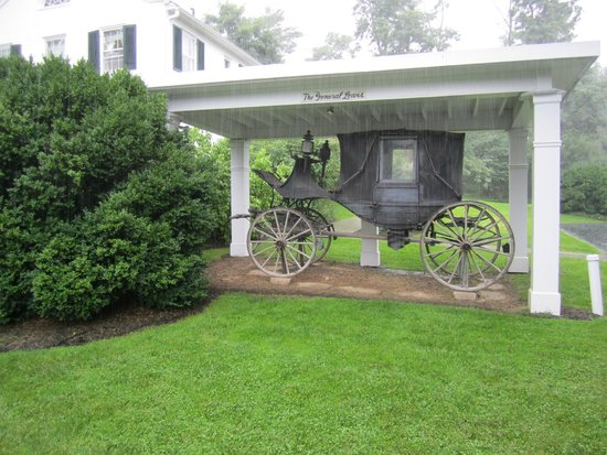 Historic General Lewis Inn : Historic Carriage at front of Inn