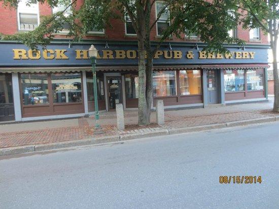 Rock Harbor Pub & Brewery: entrance