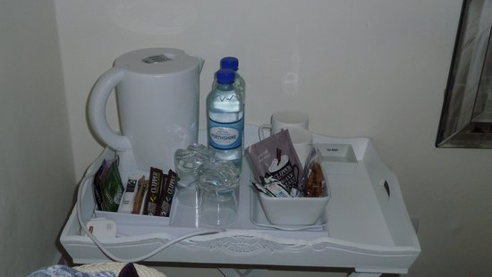 Fingle Bed and Breakfast: the complimentary tray with bottled water