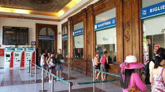 Affittacamere Casa Dane: Atrio della stazione affianco all'entrata dell'hotel