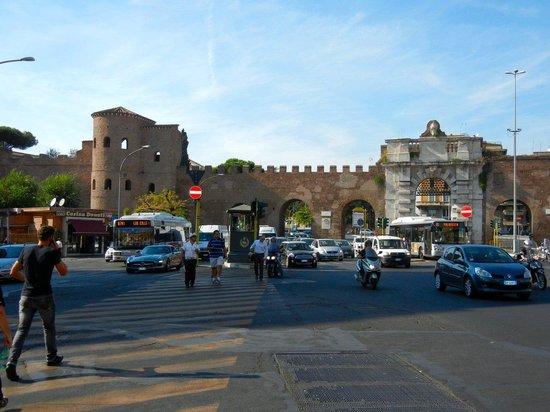 Arcibasilica di San Giovanni in Laterano: 地下鉄サン・ジョバンニ駅から