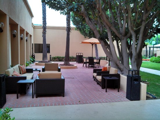 Courtyard Los Angeles Torrance/South Bay: The outdoor seating area.
