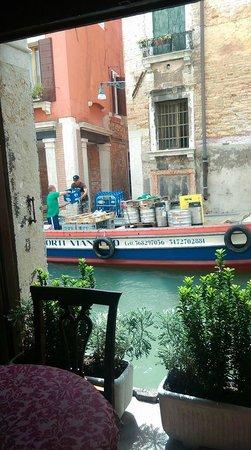 Locanda La Corte : Vue depuis la petite terrasse intérieure, à quai...
