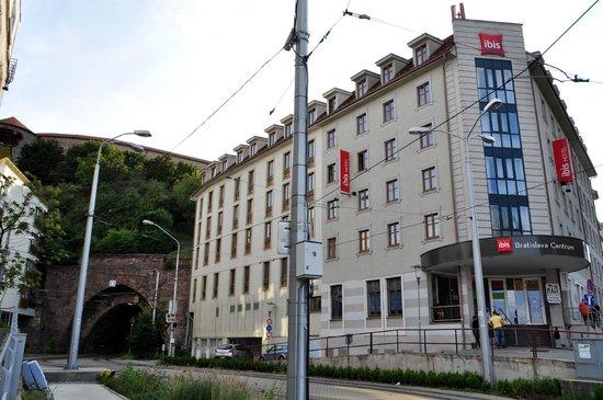 Ibis Bratislava Centrum: Hotel i tunel tramwajowy