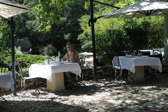 Auberge de l'Aiguebrun : La terrasse ombragée