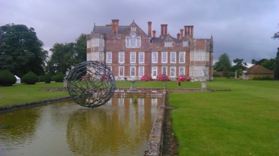 Burton Agnes Hall: Revolving Water feature