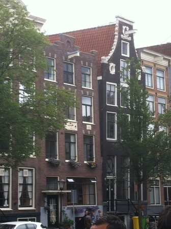 SANDEMANs NEW Europe - Amsterdam : Building constructed tilting (on purpose!)