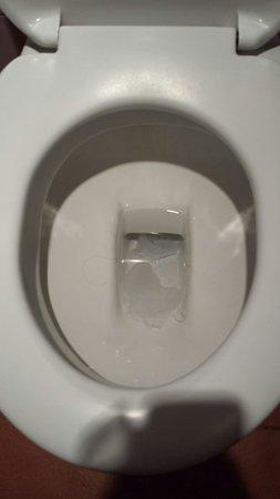 Amarante Golf Plaza : Super!!! Arriver dans des toilettes sales. Ça annonce la couleur ...