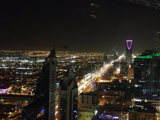 Centro Al Faisaliyah: Night view of the Kingdom tower from Al Faisaliah tower / globe level.
