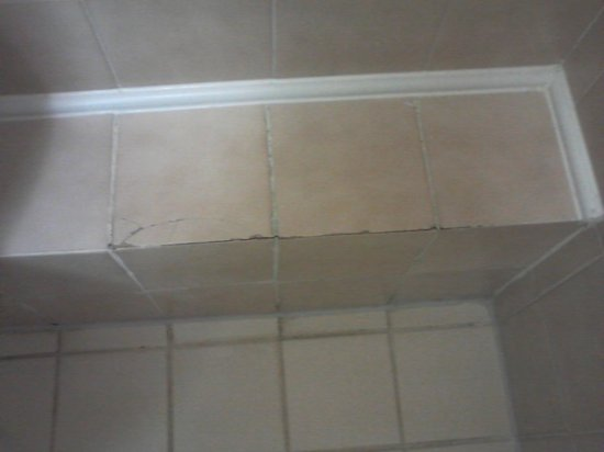 Hotel Raba City Center: cracked tiles in bathroom