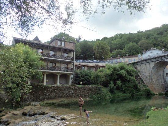 Hôtel La Truite Dorée : l'hôtel vu de l'autre rive