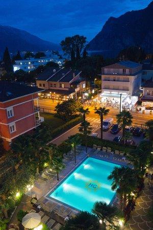 Hotel Garda - TonelliHotels: wieczorny widok z pokoju na najwyższej kondygnacji