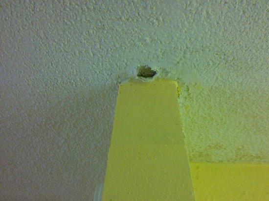 Super 8 Memphis/Dwtn/Graceland Area: Hole in ceiling .