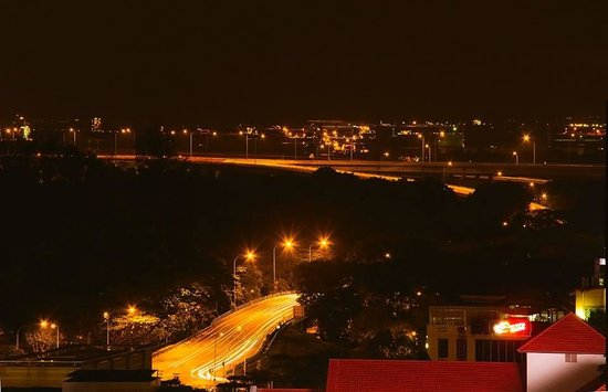 Ibis Singapore on Bencoolen: A Night view of the highway and the seashore from the hotel room