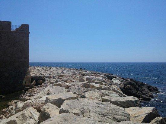 Paphos Harbour Castle : Pafos woda i kamienie