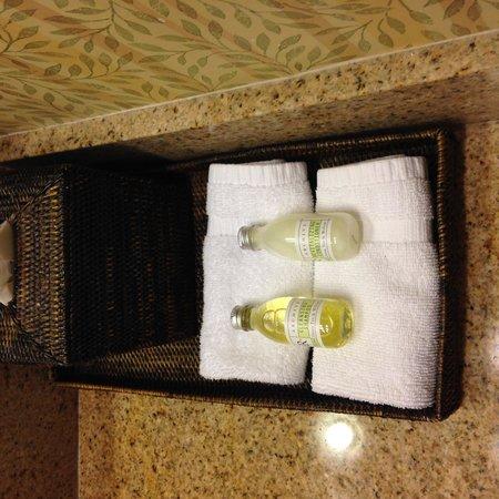 Inn On The Lakes: bathroom bottles