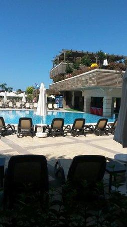 Crystal Palace Luxury Resort & Spa: Yemek alanından havuz manzarası ...