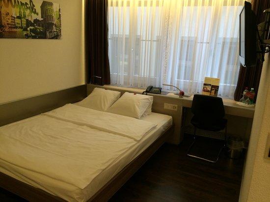 Hotel Alexander: 很棒的房間,面對舊城街上