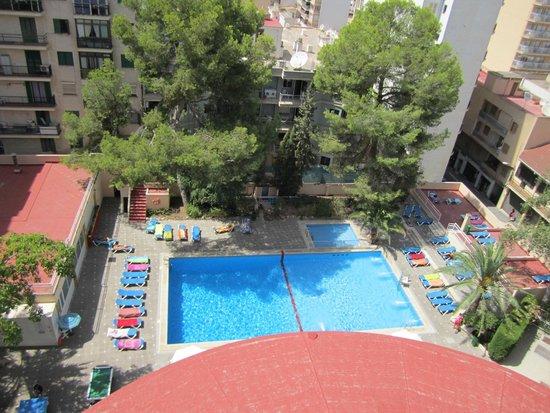 Hotel Pinero Tal: Pool mit Liegen