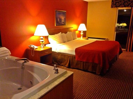 Super 8 St. Ignace: King Suite with Hot Tub
