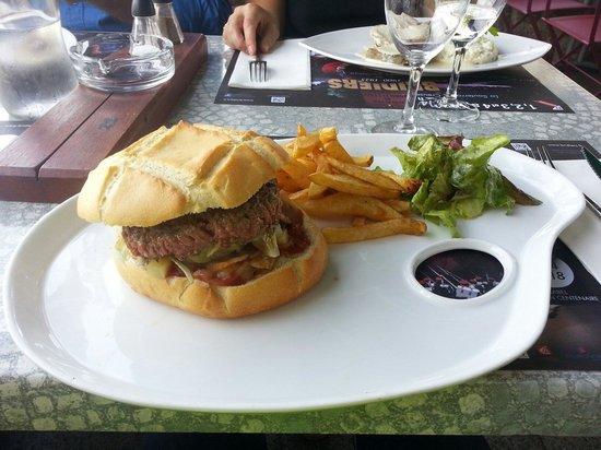 Le Pont Saint Etienne : Le burger montagnard. Délicieux :)