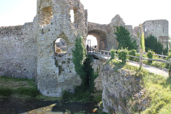 Pevensey Castle: Great ruin for photo's, not much of a castle left though!