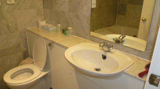 Britannia Prince of Wales - Southport: Modern Bathroom