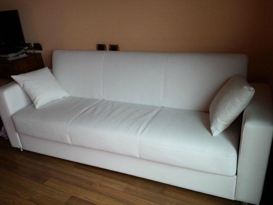 il bel divano di pelle bianca - Picture of Relais sul Lago, Varese ...