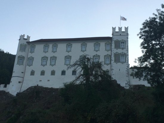 Falkensteiner Family Hotel Lido Ehrenburgerhof: Veduta del castello di Castedarne