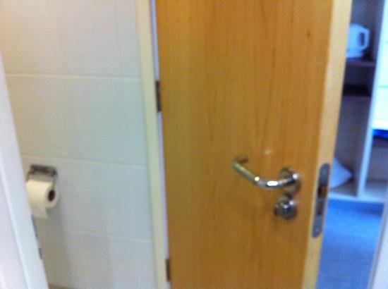 Holiday Inn Express Kettering Corby: door to toilet or just for bathroom