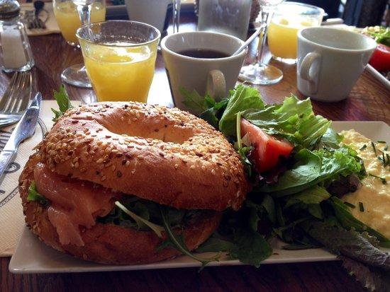 bagel au saumon et oeufs brouill s photo de manfred cafe restaurant paris tripadvisor. Black Bedroom Furniture Sets. Home Design Ideas