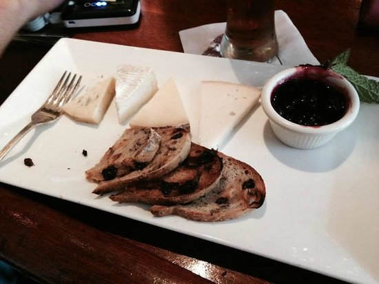 Old Ebbitt Grill : Cheese plate; local cheeses from New England, fresh black berry jam & mint, raisin toast.