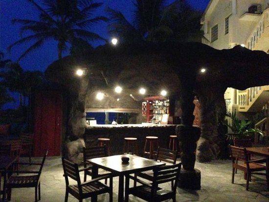 Pelican Reef Villas Resort: Bar view at night