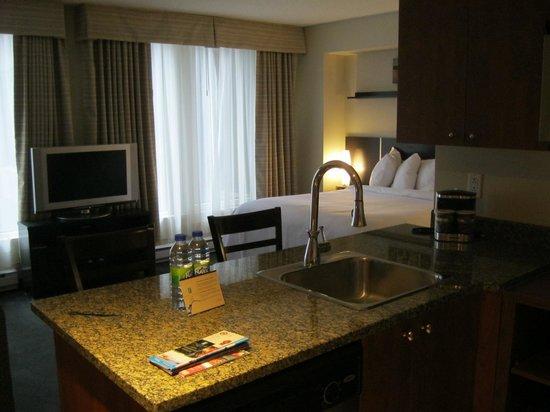Embassy Suites by Hilton Montreal : Chambre vue depuis la cuisine