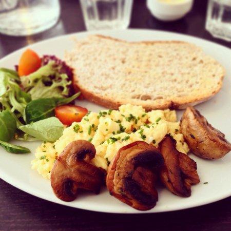 Moments Cafe : Scrambled egg & mushrooms