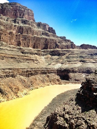 Maverick Helicopters : Views upward to the Grand Canyon