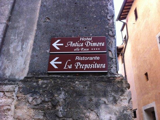Antica Dimora alla Rocca: Le indicazioni prima dell'hotel che si trova nella parte storica.