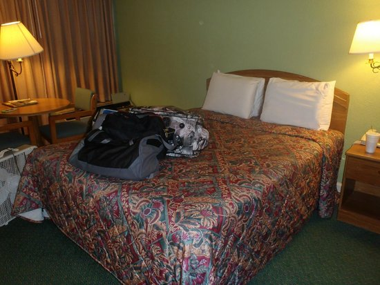 Glenstone Lodge: Queen Bed in our Room.....