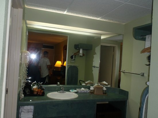 Glenstone Lodge: Sink Area in our Room....