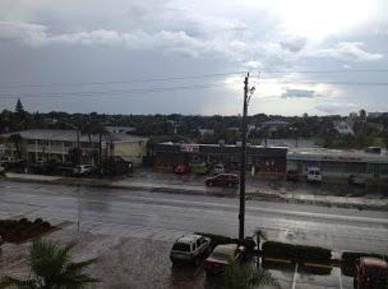 Holiday Inn Resort Daytona Beach Oceanfront: South Atlantic Avenue, looking west from Hotel.