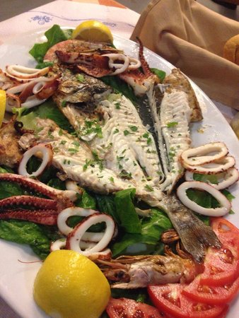 Simos Taverna: Seafood platter for 2 which seemed to be everybody's choice and it was tasty!