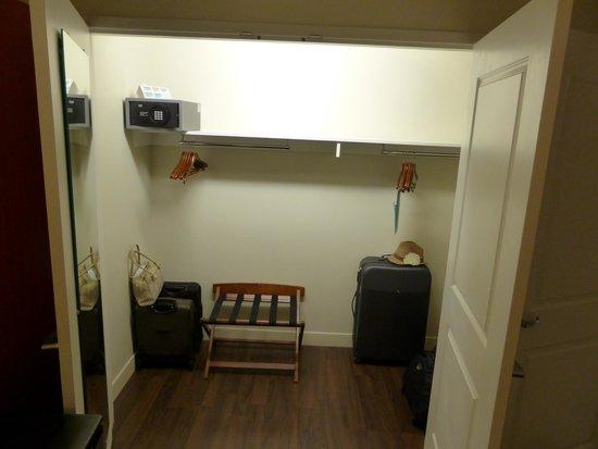 Hotel Indigo San Diego Gaslamp Quarter: Parlor Suite - closet