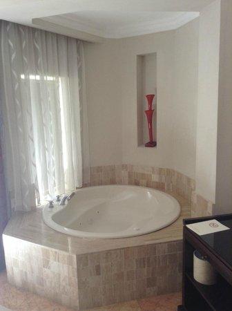 Majestic Elegance Punta Cana: Bath tub