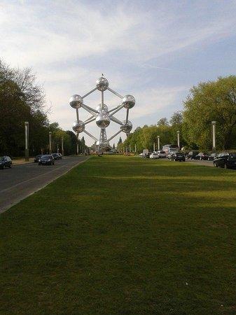 Atomium : Vista de Lejos del Átomo