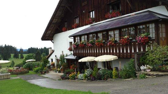 Auberge de Mont Cornu : L'entrée du restaurant et la terrasse